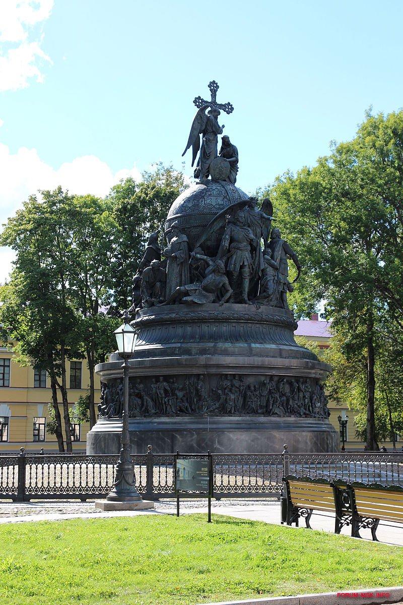 800px-Памятник_тысячелетию_России_2013_02.JPG